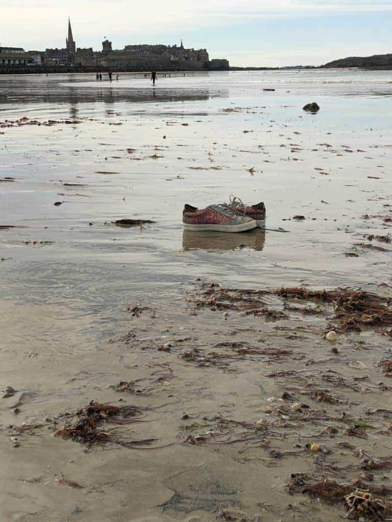 Mes baskets abandonnées sur la plage aux coquillages